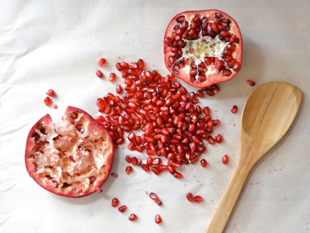 how to prepare a pomegranate to eat