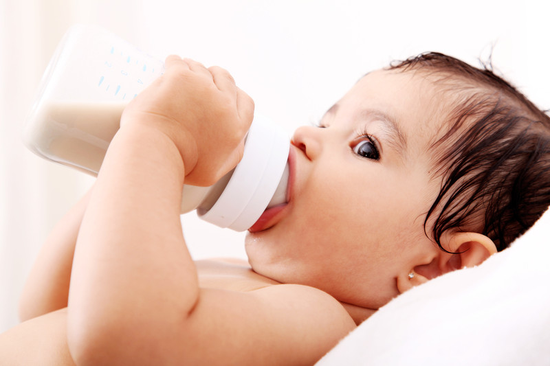 baby-drinking-bottle