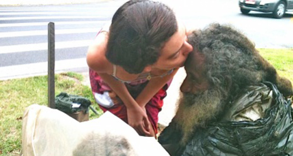 Everyday-She-Said-Hello-To-A-Homeless-Man-Then-One-Day-He-Handed-Her-A-Note