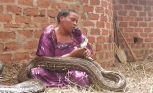 She-slept-with-a-snake-and-then-the-vet-told-her-something-shocking-…