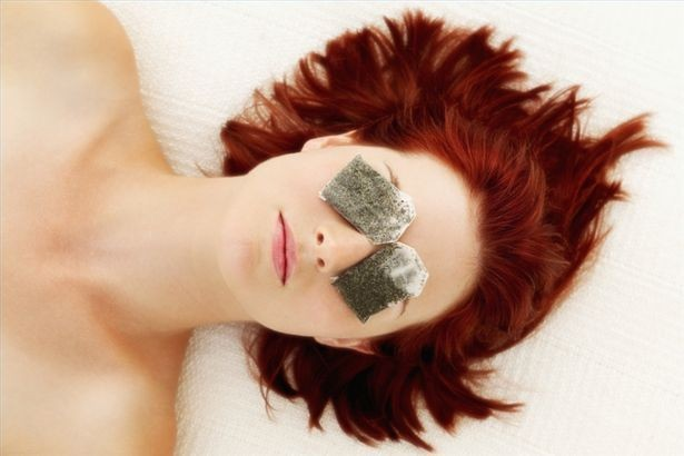 Chilled-Tea-Bags-treat-puffy-eyes-Top-9-Home-Remedies-to-Remove-Puffy-Eyes-1f