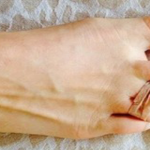 She Puts On a Rubber Band Around Two Toes Every Morning….This Will Save Any Woman's Day!