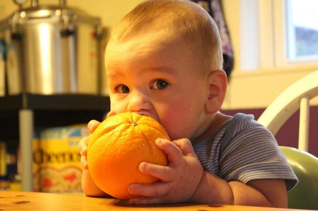 squeaky-clean-trick-eating-orange-without-getting-your-fingers-all-sticky.w654
