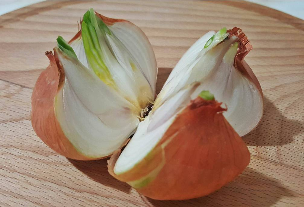 Cut-A-Whole-Onion-Into-4-Pieces-and-Place-It-In-Your-Home.-The-Reason-Brilliant